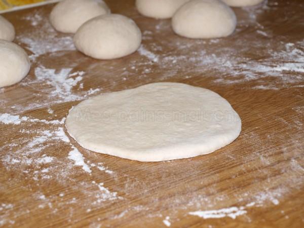 Un pain pitas juste étalé, les autres attendent